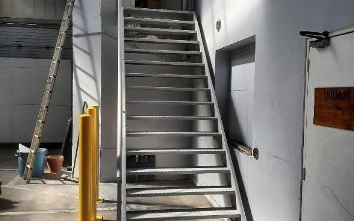 Escalier métallique industriel , marches antidérapantes
